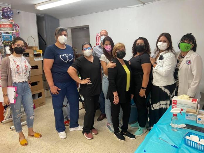 En la foto personal del municipio de Barceloneta y la Farmacia San Martín a cargo de la vacunación